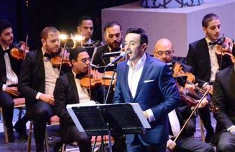 """صابر الرباعي يقدم تعظيم سلام للشهداء بيده بعد غنائه """"سلام يا دفعة"""""""