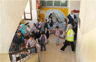 """""""الأزمات والكوارث"""" يجري تدريبًا ميدانيًا على مواجهة الزلازل والحرائق بإحدى المدارس"""
