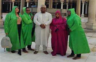 وفد الإعلاميين الأفارقة يؤدون الصلوات بمسجد عمرو بن العاص ويضيئون الشموع بالكنيسة المعلقة