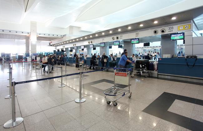 عزل راكب بمطار القاهرة للاشتباه في إصابته بفيروس كورونا -
