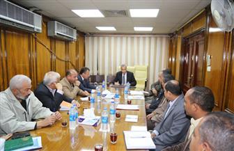 محافظ قنا يناقش الموقف التنفيذي لمشروعات تطوير19 منطقة عشوائية