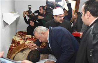 وزير الأوقاف ومحافظ الشرقية يزوران إمام مسجد الروضة المصاب | صور