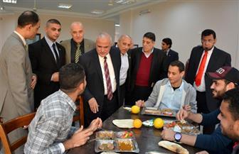 رئيس جامعة طنطا يتفقد المدن الجامعية ويشارك الطلاب وجبة الغذاء   صور