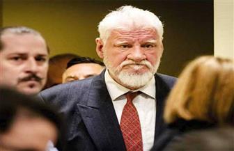 """أحد زعماء كروات البوسنة يتناول """"سما"""" من زجاجة أثناء مثوله أمام المحكمة"""