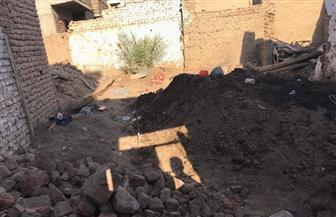 ضبط عدد من الشواهد الأثرية والكسر الفخاري أسفل  أحد المنازل بمنطقة أرمنت الحيط بالأقصر| صور