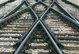 ضبط عاطل أثناء سرقة قضبان السكك الحديدية بالبحيرة