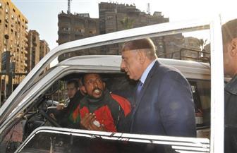 محافظ الجيزة يسحب رخصة سيارة مخالفة بالطريق العام   صور