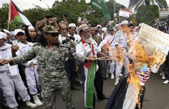 متظاهرون إندونيسيون يحرقون أعلام إسرائيل وأمريكا احتجاجًا على إعلان ترامب بشأن القدس