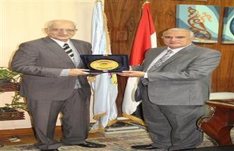 رئيس جامعة طنطا يكرم الدكتور محمود فهمي حجازي بمناسبة اليوم العالمي للغة العربية | صور