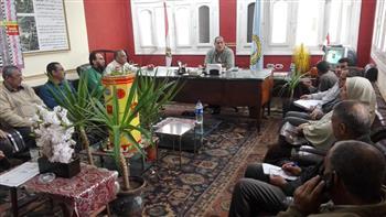 """رئيس مدينة """"قطور"""" يناقش مشكلات أجور المؤقتين بالنظافة والصحة"""