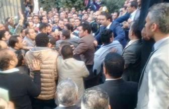 """اشتباكات بالأيدي أمام نقابة المحامين بين أنصار """"عاشور"""" ومعارضيه"""