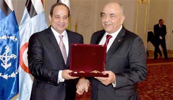الرئيس السيسي يكرم الفريق محمود حجازي ويمنحه وسام الجمهورية من الطبقة الأولى