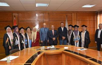 رئيس جامعة أسيوط يسلم شهادات تكريم طالبات ماليزيا | صور