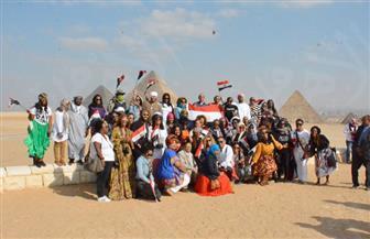 أول وفد سياحي أمريكي من أصول إفريقية يزور أهرامات الجيزة | صور