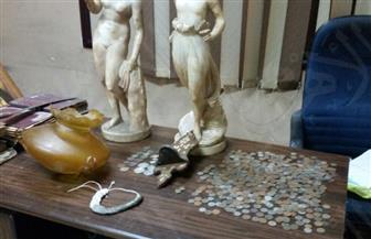 ضبط 654 قطعة أثرية بحوزة موظف بالأزبكية | صور