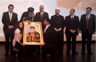 طلاب فنون جميلة بالإسكندرية يهدون البابا تواضروس بورتريه تكريمًا له
