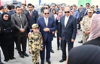 الرئيس السيسي يفتتح كوبري الشهيد منسى.. وابن البطل يظهر مرتديا الزي العسكري