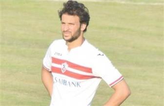 مدافع الزمالك محمود علاء يساند فريقه أمام المقاولون من المدرجات