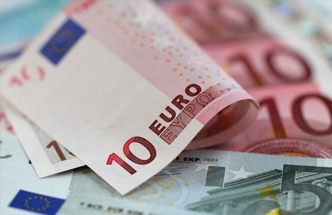 اليورو يتخلى عن مكاسبه مقابل الدولار عقب تصريحات دراجي -