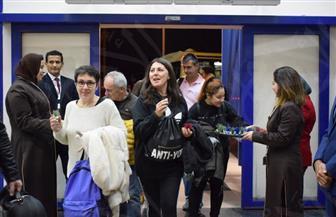 مطار مرسى علم يستقبل 170 سائحًا إيطاليًا في أولى رحلات خط الطيران المباشر| صور