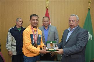 """محافظ الشرقية يكرم اللاعب""""عبده"""" لحصوله على الميدالية البرونزية في أوليمبياد الصم لكرة القدم"""