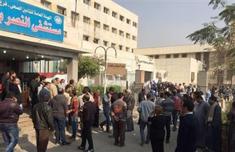 مواطنون يحتشدون أمام مستشفي النصر بحلوان للتبرع للدماء لمصابي كنيسة مارمينا  صور