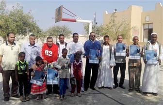 جامعة جنوب الوادي تقدم هدايا وكراسات لأطفال مدارس أبو رماد وتعالج 350 حالة| صور
