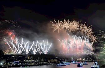 دول المحيط الهادي تحتفل بالعام الجديد وسماء سيدني تضيء بالألعاب النارية | صور