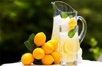 خبيرة تغذية: عصر الليمون يُساعد على غسل الكبد وسيولة الدم في الصباح