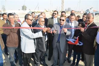 محافظ الإسماعيلية يفتتح عددًا من الطرق بمركز أبو صوير بتكلفة 41 مليون جنيه | صور