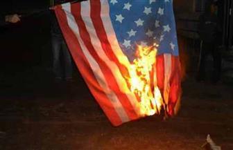 متظاهرون فلسطينيون يحرقون الأعلام الأمريكية في غزة
