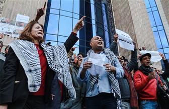 إشعال النار في العلم الإسرائيلي على سلالم نقابة الصحفيين