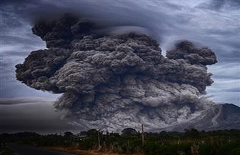 بركان جبل أجونج في إندونيسيا ينفث رمادا إلى ارتفاع 2000 متر