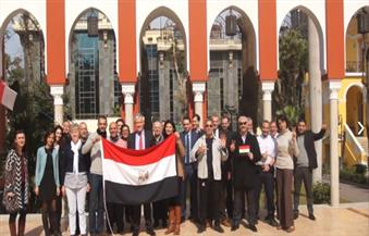 فرنسا تُشجع الفراعنة وسفيرها بالقاهرة يرفع علم مصر مع حشد من أعضاء السفارة