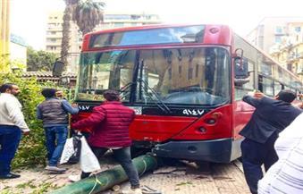 أتوبيس نقل عام يتسبب في أزمة مرورية على محور النصر بعد سقوطه في حفرة