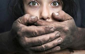 محاكمة عاجلة لعامل خطف طفلة بالخليفة وتعدى عليها بالضرب بمعاونة شريكته وهتك عرضها