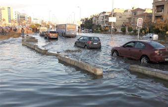 بالصور.. توقف الحركة المرورية بسبب كسر ماسورة مياه بالتجمع الخامس