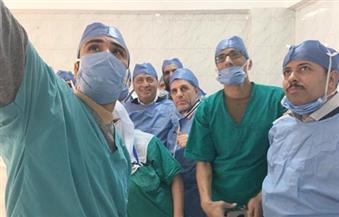 """""""سلفي"""" وزير الصحة مع طاقم عمليات مستشفي بلبيس"""