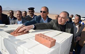 بالصور.. محافظ البحر الأحمر ووزير الري يضعان حجر أساس بحيرة صناعية برأس غارب