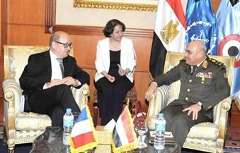 وزير الدفاع يلتقي نظيره الفرنسي.. ويؤكد تقدير بلادة لمصر ودورها في مواجهة التطرف والإرهاب