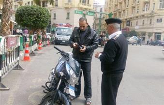 بالصور.. استمرار حملات الانضباط بالقاهرة.. وتوزيع كتيبات إرشادية للتوعية بأهم قواعد قانون المرور