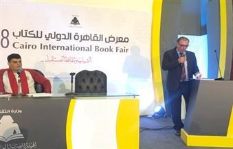 بالصور.. شاعر فلسطيني يهدي قصائده إلى عفيفي مطر وحلمي سالم وسيد حجاب بمعرض الكتاب