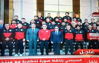 """صورة تذكارية للمنتخب مع الرئيس السيسي عقب وصول """"الفراعنة"""" مطار القاهرة"""
