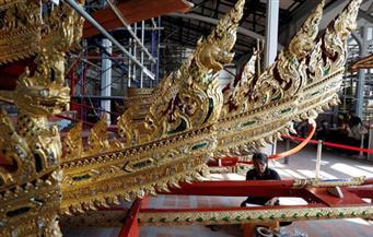 """تزن 13 طنًا من الذهب الخالص والبلور.. عربة مذهبة لنقل ملك تايلاند إلى """"الجنة"""" بعد إحراق جثته!"""