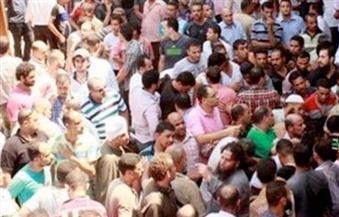 في قنا.. تجمهر العشرات أمام محكمة الوقف احتجاجًا على إطلاق ضابط شرطة النار خلال حملة أمنية