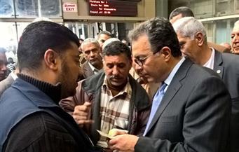 بالصور.. وزير النقل في زيارة مفاجئة لمحطة مصر  يبدى عدم رضاه عن نظافة  وتكسير زجاج  قطار