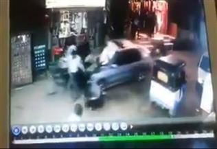 """بالفيديو.. حاول تعلم القيادة فأصاب المارة.. سيارة تدهس 4 فتيات في """"منية النصر"""" بالدقهلية إحداهن في حالة خطرة"""