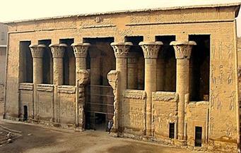 """ضبط عجوز تُنقب عن الآثار بجوار معبد """"خنوم"""" في إسنا جنوب الأقصر"""