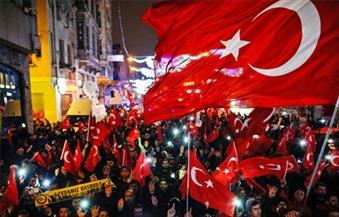 متظاهرون أتراك ينزعون علم هولندا من فوق سفارتها بإسطنبول