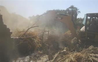 بالصور.. إزالة 42 حالة تعدٍ على طرح النيل عبارة عن منازل وأحواش وعشش فى الأقصر